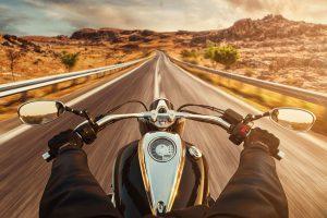 速いスピードでバイクを楽しむライダー