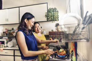 料理を楽しむ2人の女性